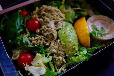 Une des salades les plus populaires de la marque : poulet, pesto, citron, tomates cerises